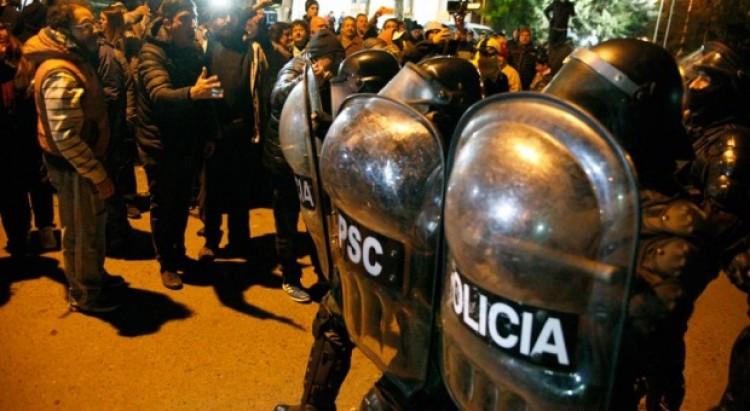 Manifestants devant l'entrée de la résidence officielle du gouverneur de la province de Santa Cruz