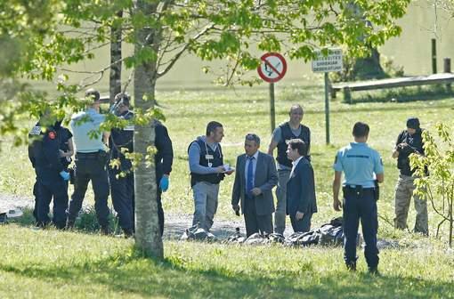 Policiers français déterrant des armes d'ETA