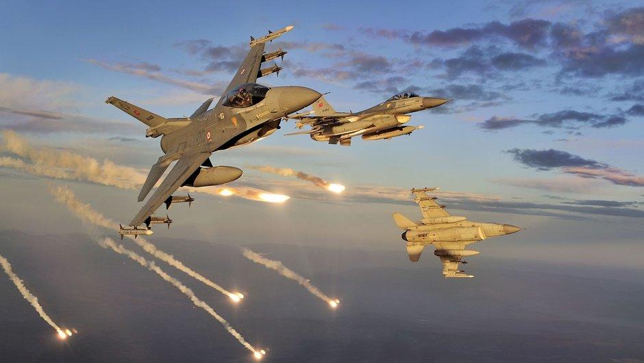 F16 turcs lançant des leurrers thermiques pour déjouer d'éventuels missiles