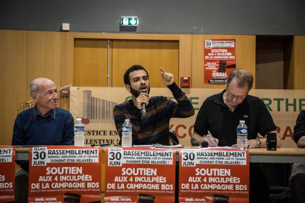 Mohammed Khatib (au centre) lors d'une soirée solidaire à Toulouse