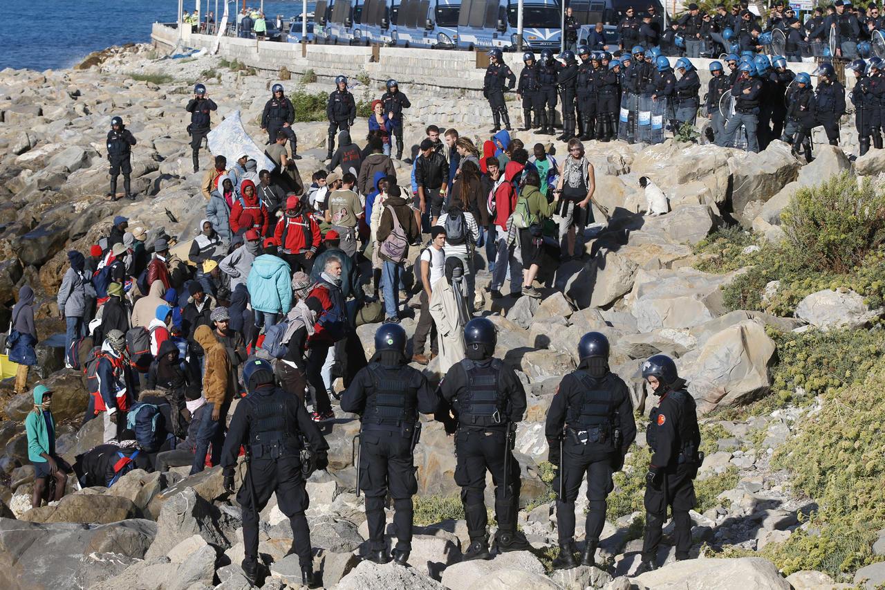 Les forces de l'ordre italiennes face à des migrants et des activistes réfugiés sur les rochers de Vintimille (archives)