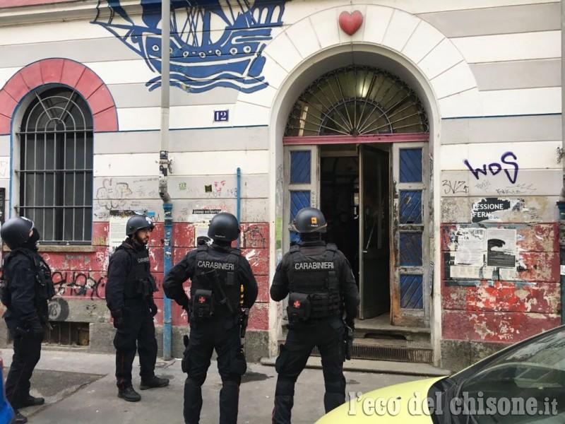 Les carabiniers à l'entrée de l'Asilo occupato