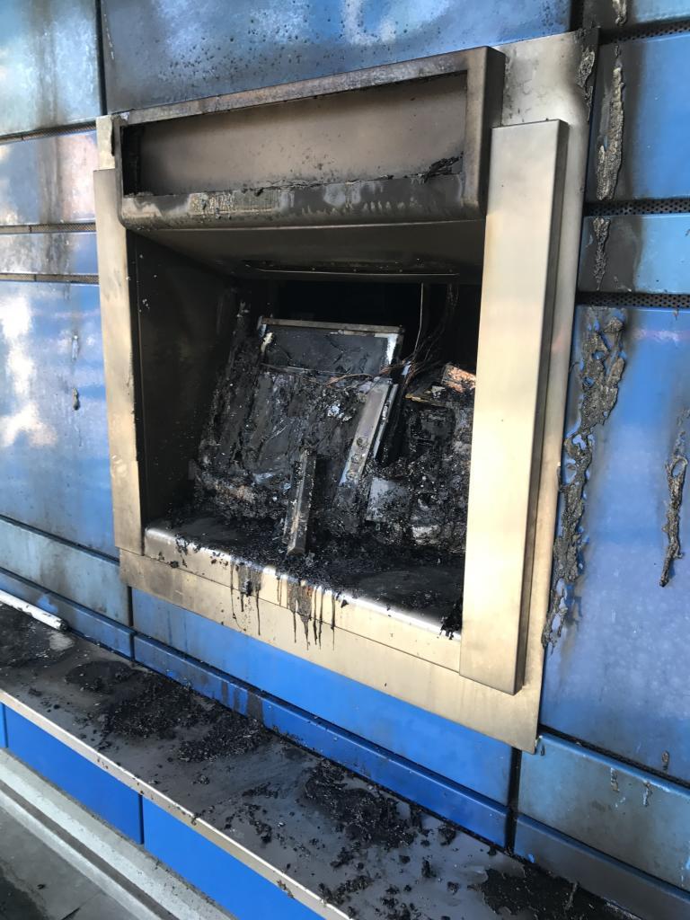 Un des distribueteurs de billets incendiés fin avril à Bâle en solidarité avec les inculpés de Aachen