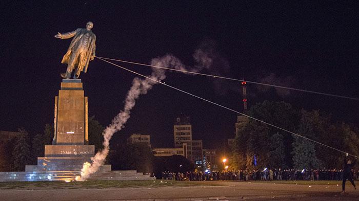 A Kharkiv en 2014, une manifestation d'extrême-droite détruit une statue de Lenine