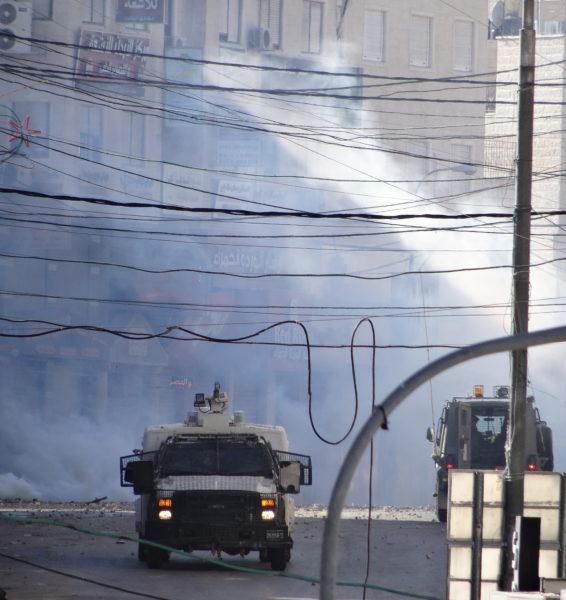Véhiule anti-émeute israélien rue Faisal al-Maliki, à Bab al-Zawiyah