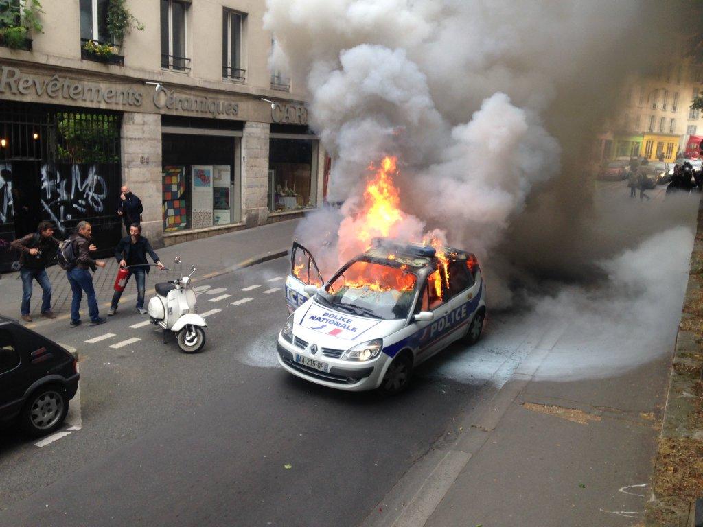 La voiture incendiée, il y a presque un an