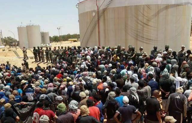 Les manifestants face aux militaires