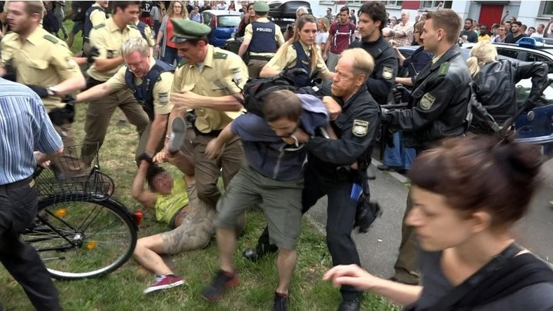 La police forçant le blocage des étudiants.
