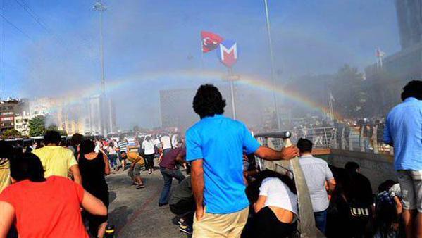 Les canons à eau provoquent un arc en ciel aux abords de la manifestation.