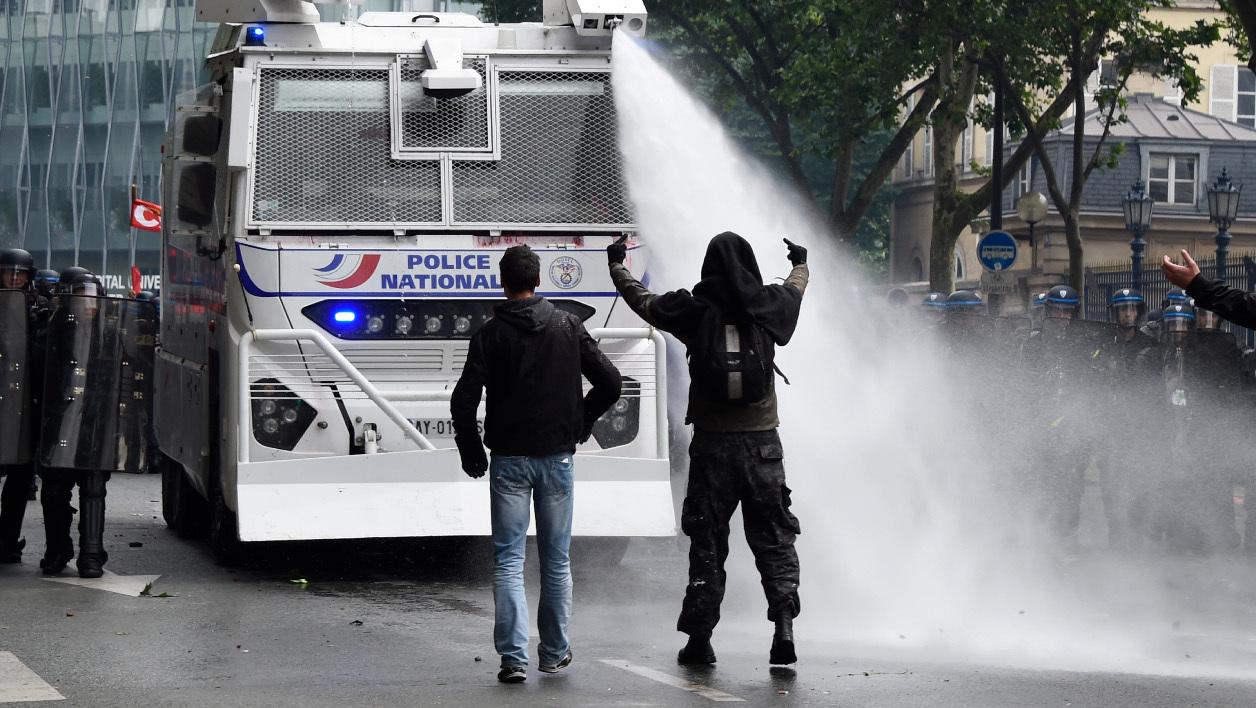 La Loi Travail appliquée à coup de canons à eau à Paris