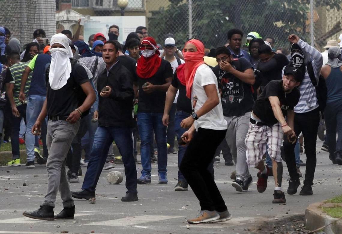 Les étudiants de l'UP lors des affrontements de lundi