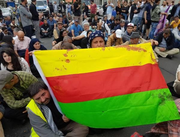 Le drapeau du Rojava ensanglanté à Berlin