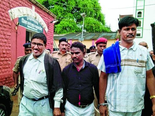 Deux des condamnés à la sortie du tribunal de Sasaram
