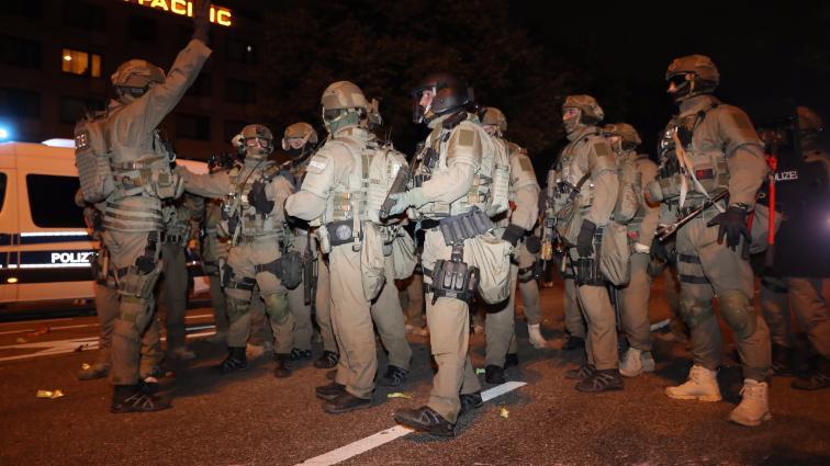 Les forces spéciales, pistolets-mitrailleurs au point, dans les rues de Hambourg hier