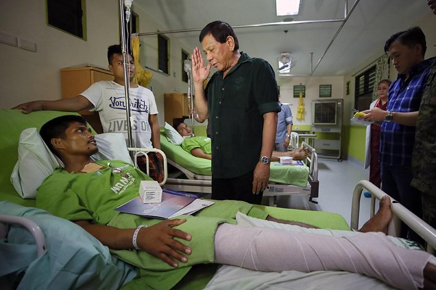 Avant-hier 6 juillet, le président de la République des Philippines, Rodrigo Duterte, s'est rendu au Metro Davao Medical and Research Center pour décorer les soldats blessés dans l'embuscade
