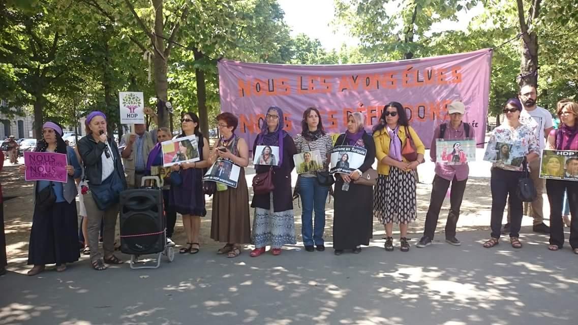 Rassemblement à Paris pour Figen Yuksekdag, co-présidente du HDP