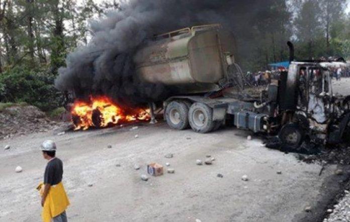Vehicule brulé lors des affrontements à la mine Grasberg de Freeport le 19 août 2017