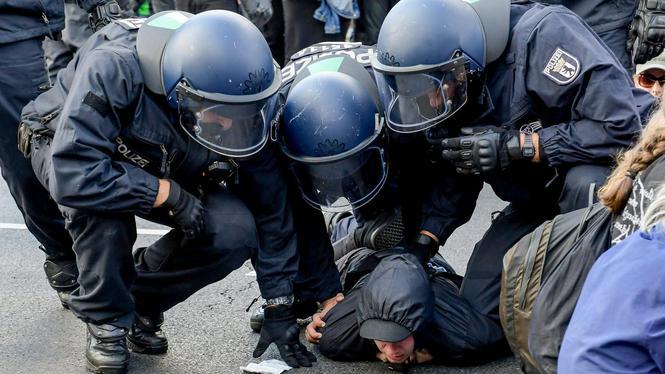 Arrestation d'un contre-manifestant