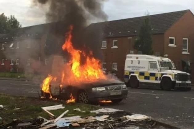 Une voiture incendiée lors des affrontements de ce lundi à belfast