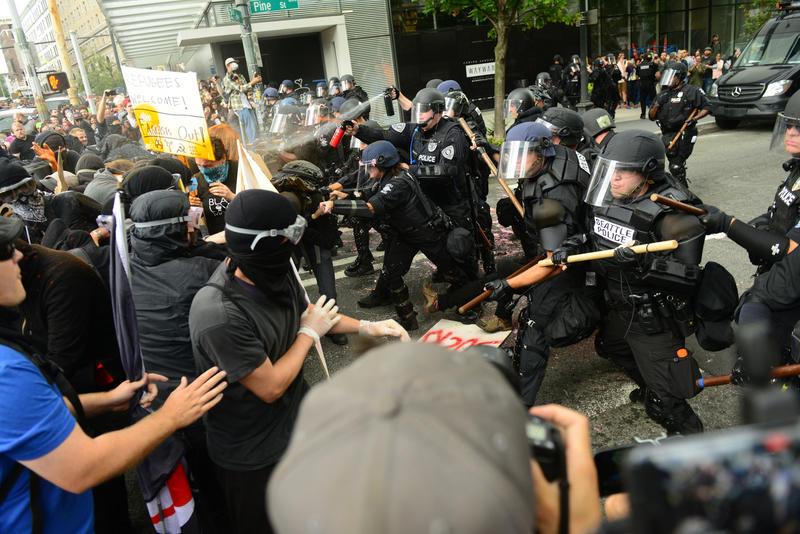 Face à face entre antifas et policiers protégeant les pro-Trump à Seattle