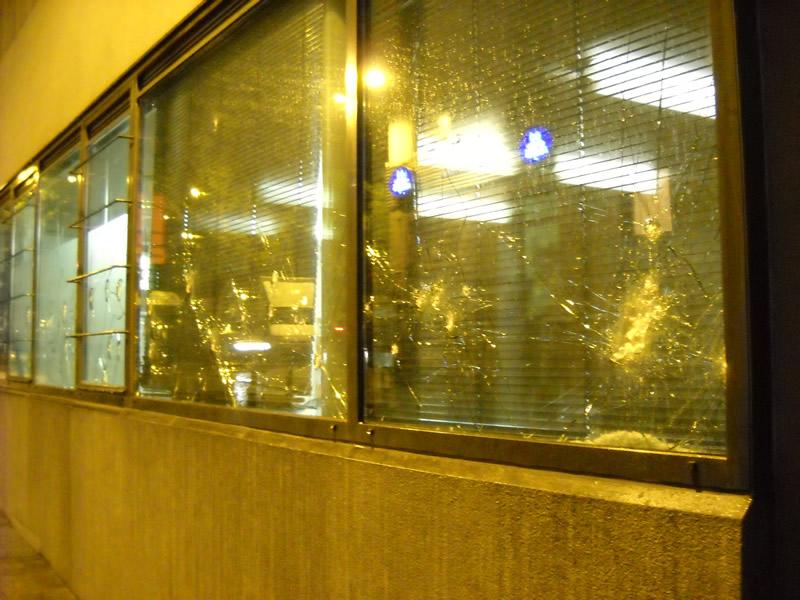 L'attaque au pavé et à la barre de fer du commissariat des Marolles, après la répression du NoBorder
