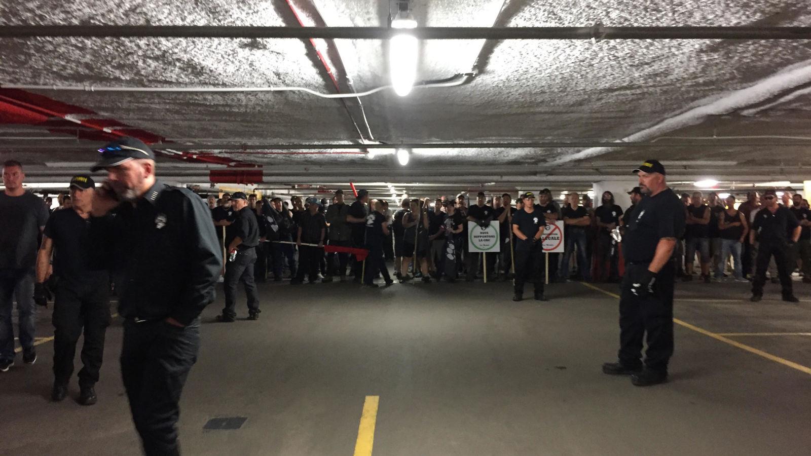 Les fascistes attendant (pendant quatre heures) que les policiers leur ouvre la voie