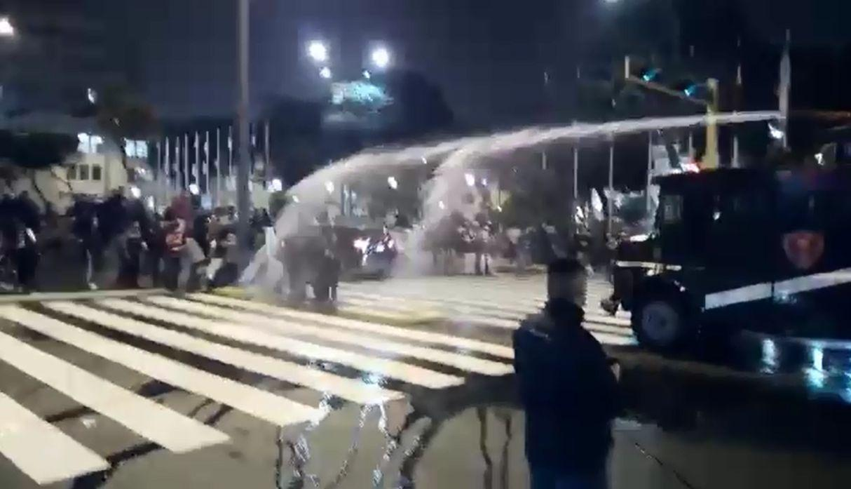 Affrontements entre policiers et enseignants grévistes à Lima