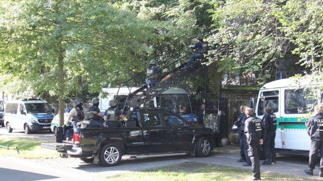 Véhicule d'assaut de la police lors de l'expulsion du squat