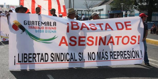 Banderole contre les assassinats de syndicaliste lors d'un 1er Mai