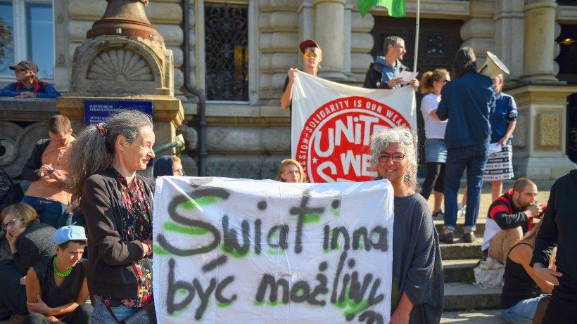 Manifestants solidaires mardi devant le tribunal pénal de Hambourg