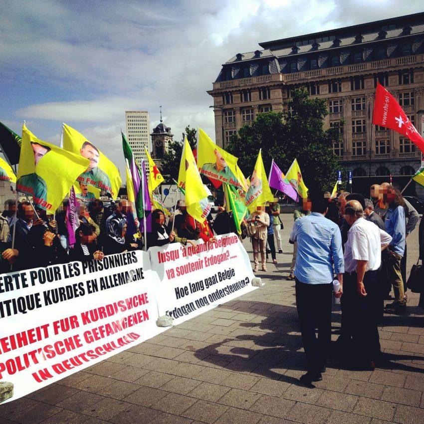 Rassemblement solidaire lors d'une des audiences