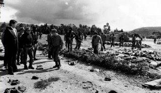 Alan Garcia, à gauche de la photo, devant devant les corps des prisonniers assassinés