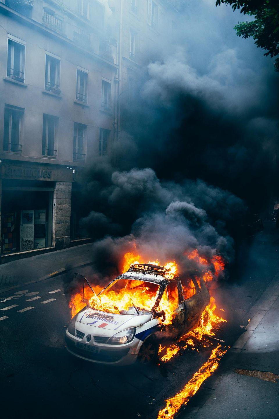 La voiture de police incendiée Quai Valmy