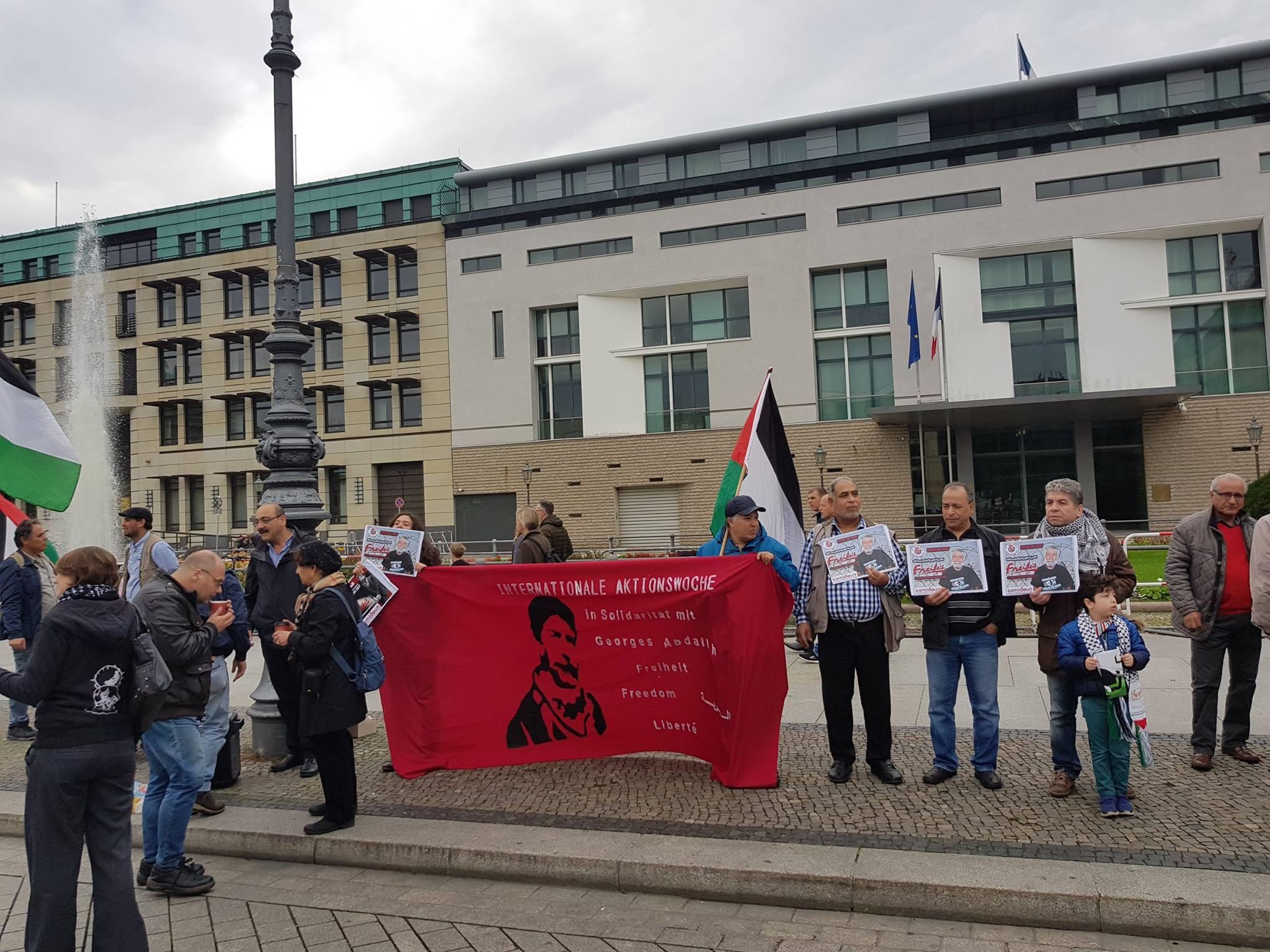 Devant l'ambassade de France à Berlin