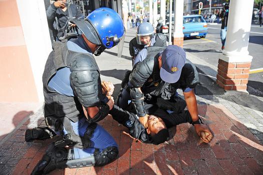 Arrestation d'un manifestant étudiant à Cape Town