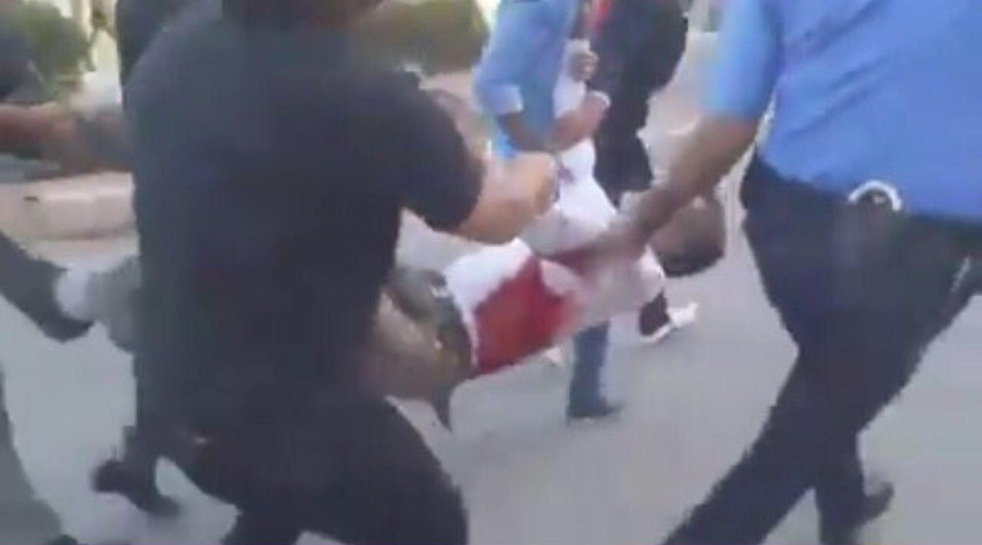 Les manifestants emmènent les morts et les blessés.