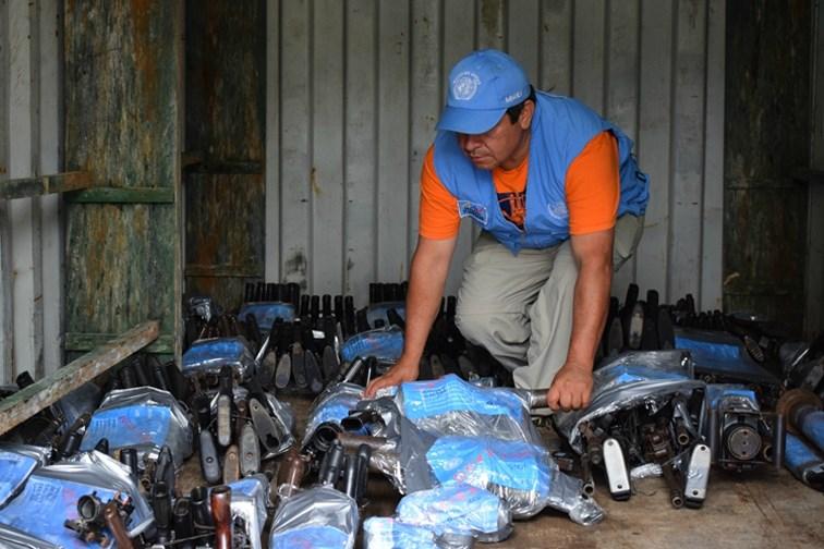 Un fonctionnaire des Nations Unies et des armes livrées par les FARC