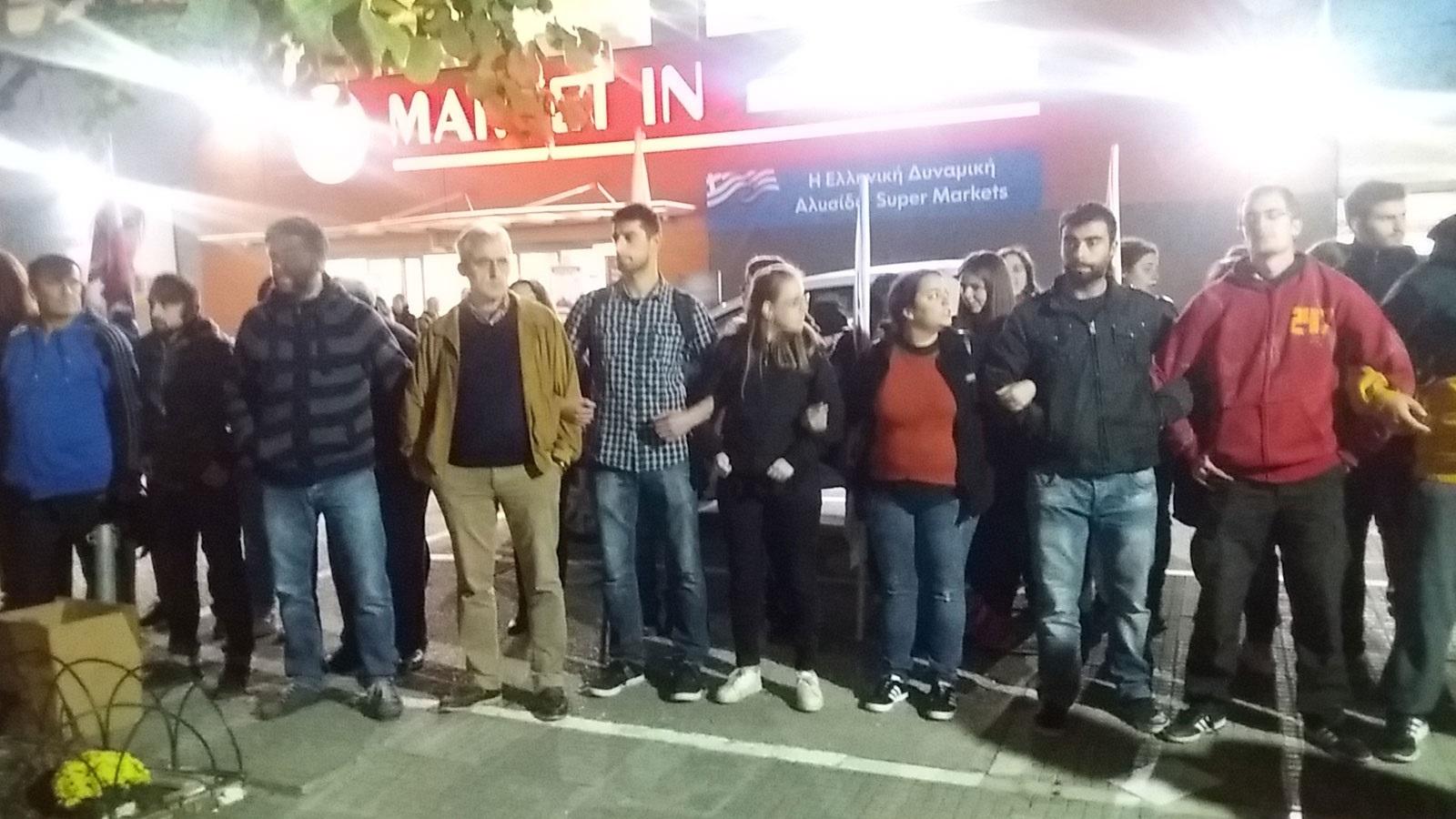 Manifestants devant le supermarché à Ioannina