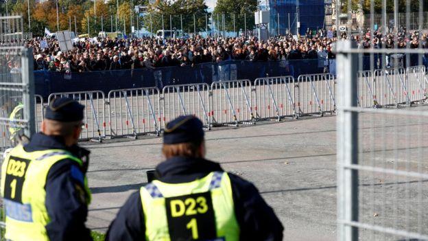 Cordon antifa barrant la route que devait emprunter la manifestation  nazie