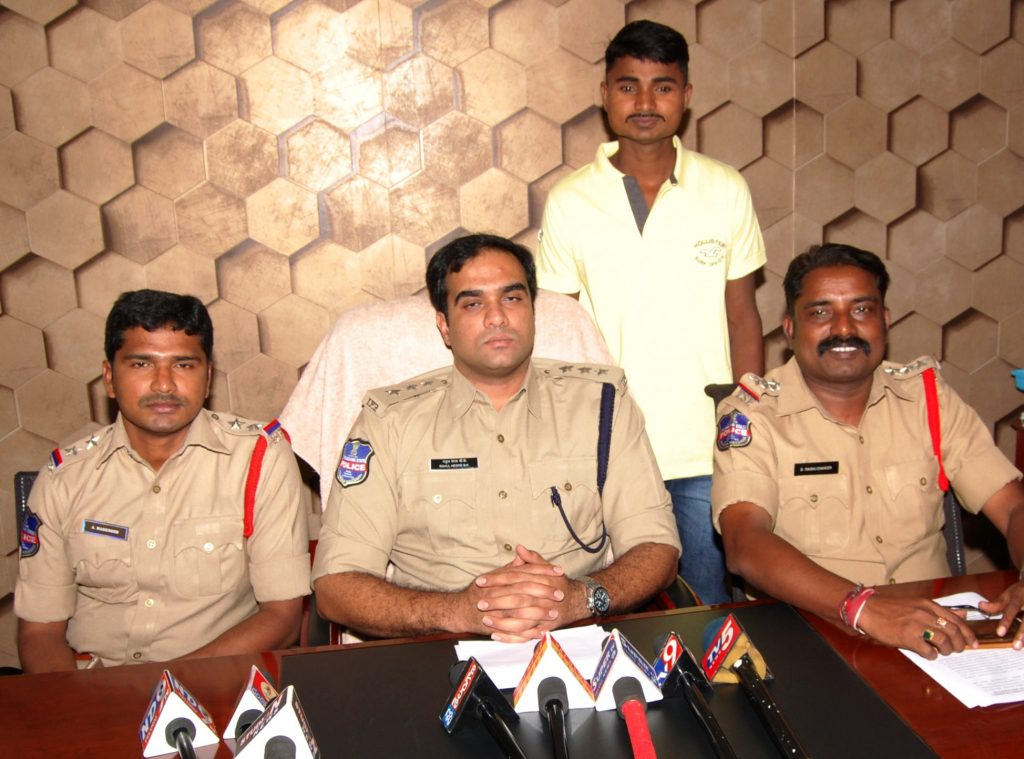 Kondagorla Ravinder, derrière le commissaire adjoint Rahul Hedge