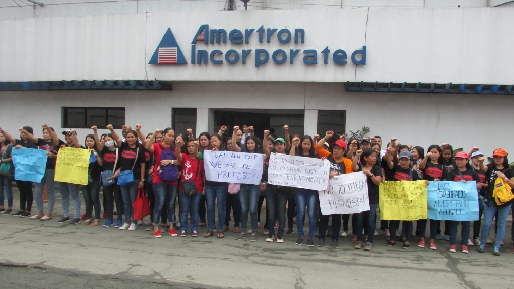 Travailleurs manifestant devant les locaux d'Amertron Incorporated