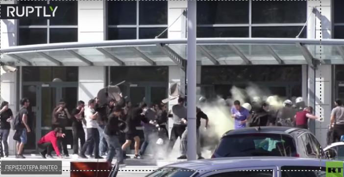 Attaque d'un groupe de policier par des manifestants