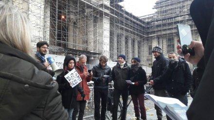 Quelques manifestants s'étaient rassemblé devant le Palais de Justice
