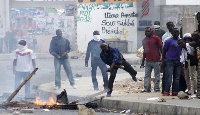 Les étudiants de l'UCAD affrontant la police