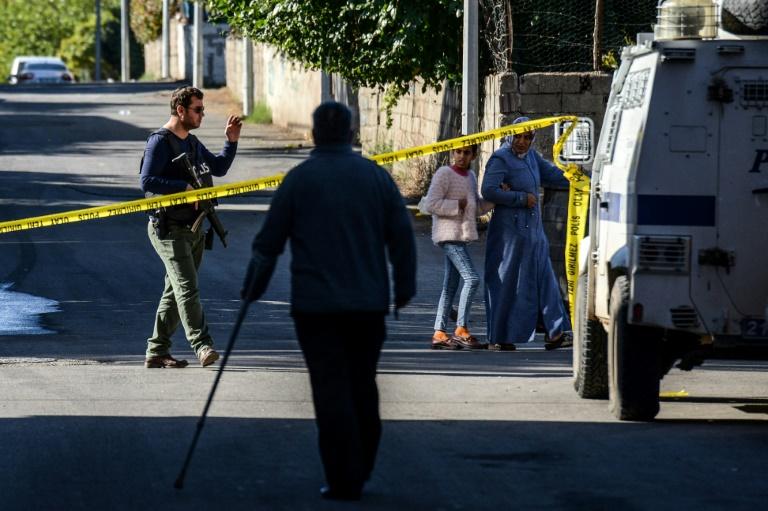 Périmètre de sécurité établi par la police après la fusillade de Diyarbakir