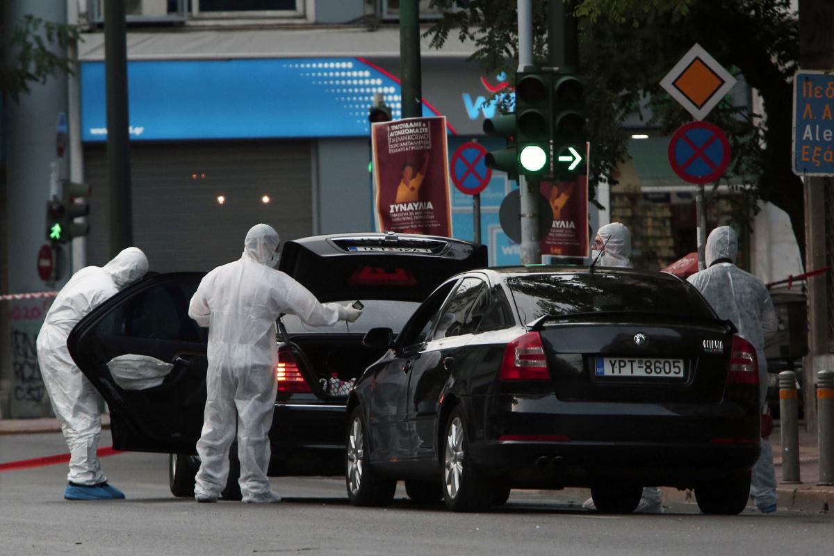 Les enquêteurs de la police travaillant là ou l'ancien premier ministre Papademos a été sérieusement blessé par une bombe