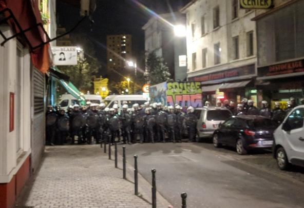 L'un des deux cordons qui encerclent les manifestants