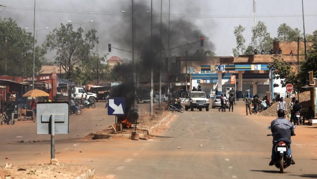 Barricade en feu sur un axe menant à l'université Ouaga1 où devait parler Macron