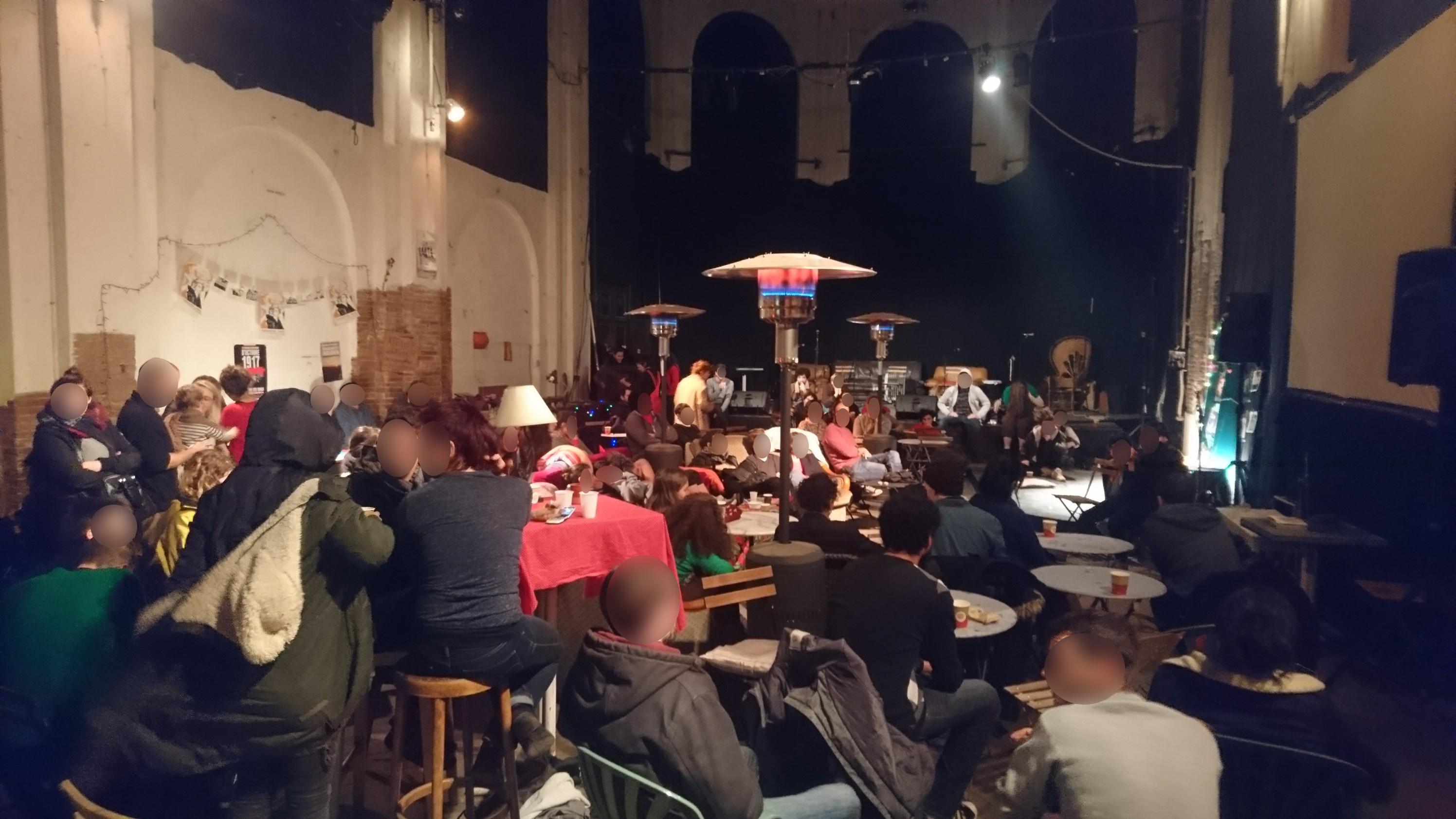 Une salle pleine pendant les débats.
