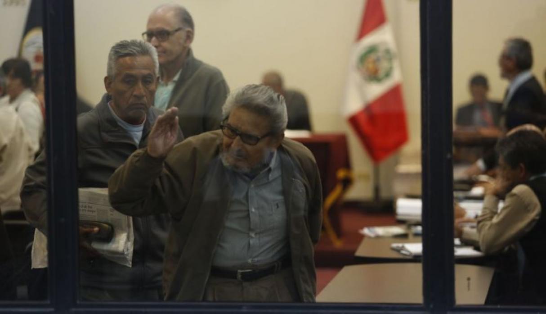 Abimael Guzman sortant de la salle d'audience